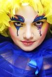 Kvinna med den gula perukfjädern Fotografering för Bildbyråer