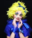 Kvinna med den gula perukfjädern Arkivfoto