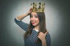 Kvinna med den guld- kronan Vinnare Först ställebegrepp royaltyfria bilder