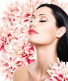 Kvinna med den härliga framsidan och nya blommor Arkivfoton