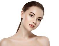 Kvinna med den härliga framsidan, sund hud och hennes hår på ett tillbaka slut upp ståendestudio på vit Arkivfoto
