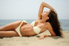 Kvinna med den härliga huvuddelen på en tropisk strand Arkivbild