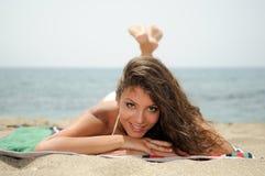 Kvinna med den härliga huvuddelen på en tropisk strand Fotografering för Bildbyråer