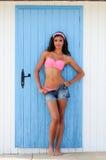 Kvinna med den härliga kroppen i en strandkoja Fotografering för Bildbyråer