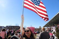Kvinna med den höga over folkmassan för rosa amerikanska flaggan för pussyhatthåll på kvinnors mars Tulsa Oklahoma 1-20-2018 Arkivbild