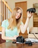Kvinna med den hemmastadda nya digitala kameran Arkivfoton