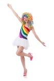 Kvinna med den isolerade färgglade peruken Arkivbild
