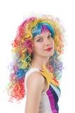 Kvinna med den isolerade färgglade peruken Arkivfoto