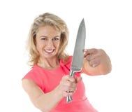 Kvinna med den långa kökkniven arkivfoton