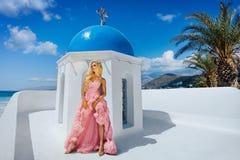 Kvinna med den långa klänningen på Santorini Fotografering för Bildbyråer