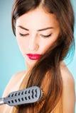 Kvinna med den långa hårinnehavhårkammen Arkivfoton