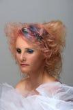 Kvinna med den mång- färgade tråden i hår Arkivbild
