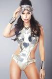 Kvinna med den metalliska maskeringen i moderiktig dräkt Arkivfoto
