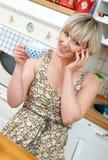 Kvinna med den mobila telefonen royaltyfri fotografi