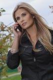 Kvinna med den mobila telefonen Royaltyfri Bild