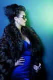 Kvinna med den modesolglasögon och handväskan arkivbild