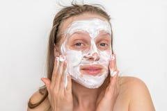 Kvinna med den naturliga vita kr?m- maskeringen p? hennes framsida royaltyfri foto