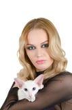 Kvinna med den orientaliska shorthairkatten Arkivfoto