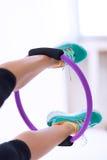 Kvinna med den Pilates yogacirkeln Arkivbild
