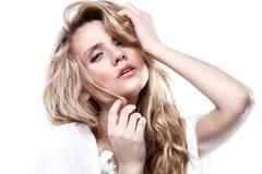 Kvinna med den professional makeup och frisyren Royaltyfri Bild