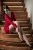 Kvinna med den röda klänningen för sexigt mode royaltyfri fotografi