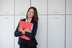 Kvinna med den röda mappen för dokument på vit bakgrund arkivbilder