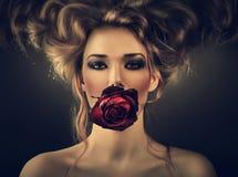 Kvinna med den röda rosen och droppar i hår Royaltyfri Foto