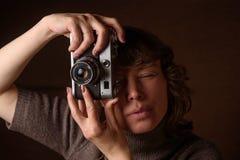 Kvinna med den retro kameran Arkivbilder