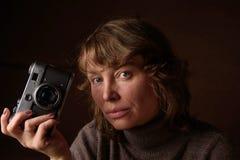 Kvinna med den retro kameran Royaltyfri Fotografi