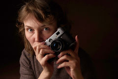 Kvinna med den retro kameran Arkivbild