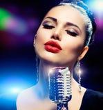 Kvinna med den Retro mikrofonen Royaltyfria Bilder