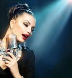 Kvinna med den Retro mikrofonen Royaltyfria Foton