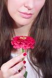 Kvinna med den rosa blomman Royaltyfria Bilder