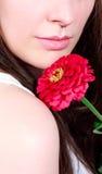 Kvinna med den rosa blomman Arkivfoto