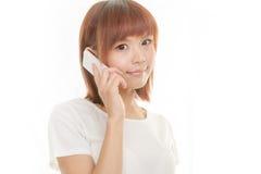 Kvinna med den sladdlösa telefonen Arkivbilder