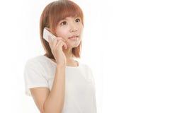Kvinna med den sladdlösa telefonen Royaltyfria Bilder