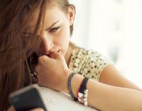 Kvinna med den smarta telefonen Arkivfoto