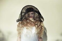 Kvinna med den stora hatten Royaltyfria Bilder