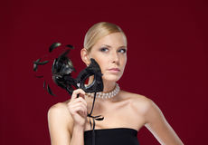Kvinna med den svarta maskeradmaskeringen med fjädrar Arkivbilder