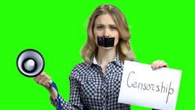 Kvinna med den tejpade muninnehavmegafonen arkivfilmer