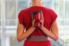 Kvinna med den termiska koppen Royaltyfria Bilder