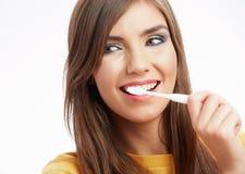 Kvinna med den toothy borsten Fotografering för Bildbyråer