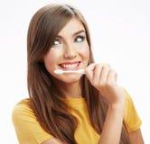 Kvinna med den toothy borsten isolerat Arkivfoto