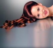 Kvinna med den utsmyckade frisyren Royaltyfri Fotografi