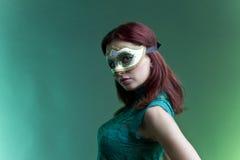 Kvinna med den venetian maskeringen Royaltyfria Bilder