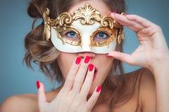 Kvinna med den venetian maskeringen Fotografering för Bildbyråer
