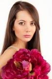 Kvinna med den vinous blomman Arkivfoto