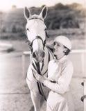 Kvinna med den vita hästen arkivfoto
