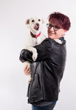 Kvinna med den vita hunden Arkivbild