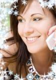 Kvinna med den vita telefonen Fotografering för Bildbyråer